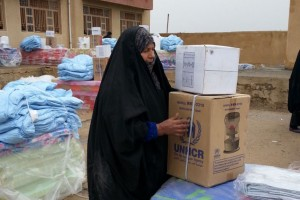 An internally displaced woman in Anbar province collects aid. Photo: UNHCR Iraq