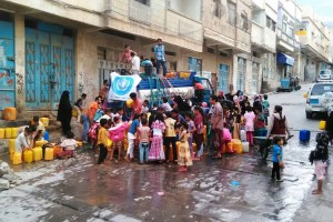 WHO has so far delivered 960,000 liters of safe water to the population of Al-Mothafar, Sala and Al-Qahera district of Taiz City, Yemen. Photo: WHO Yemen