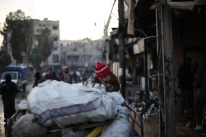 A family flees an active conflict neighbourhood in eastern Ghouta, Syria, using a cart to carry their belongings. Photo: UNICEF/Amer Al Shami